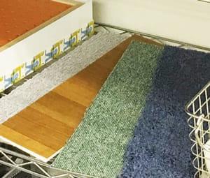 素材の違う絨毯を使って行うリハビリもある