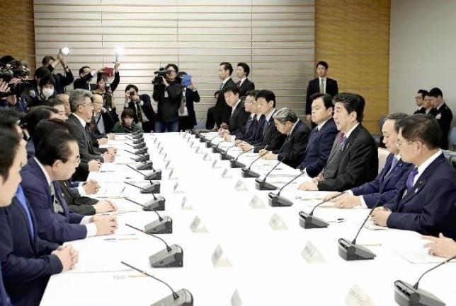 新型コロナウイルス感染症対策本部で指示を出す安倍首相(右から3人目)
