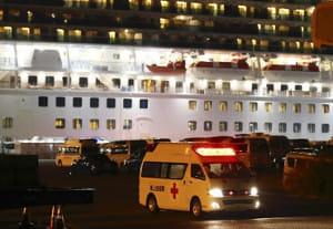クルーズ船「ダイヤモンド・プリンセス」が停泊する大黒ふ頭を出発する救急車両
