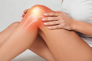 「歩き始めが痛い」変形性膝関節症…更年期以降の女性に多く、放置すると5年でO脚に