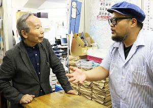 スタッフと打ち合わせをするビッグイシュー日本の佐野章二共同代表(左)