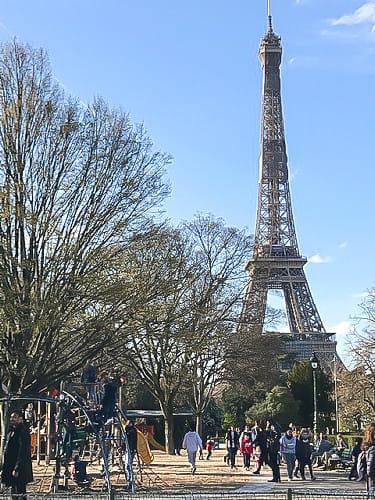 エッフェル塔周辺 つかの間のにぎわい コロナで緊張感走るフランス