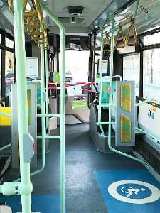 乗客はほとんどいないバス車内。乗降口は一部が閉鎖され、ひとつだけになっている