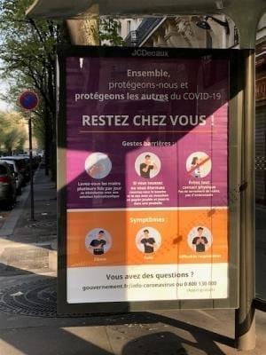 バス停には、「家にいてください!」のポスター