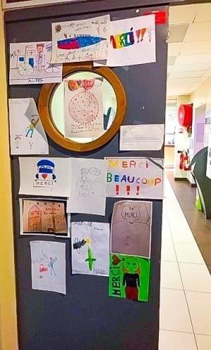 病院の食堂の扉には、子どもたちから「メルシー(ありがとう)」のメッセージ
