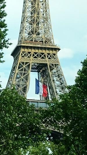 5月8日の戦勝記念日から15日までフランス国旗が掲げられたエッフェル塔