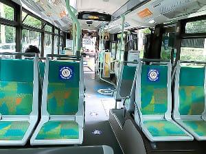 パリのバスの中。乗降口はまだ1か所のみで、シールが貼られた座席は空けなくてはいけない