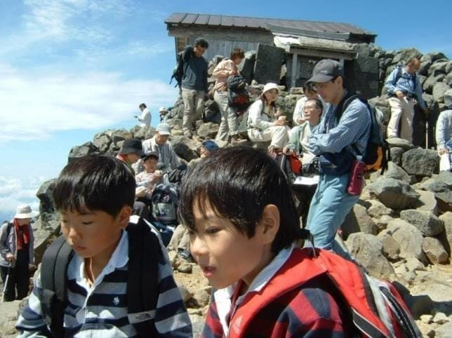 乗鞍岳山頂にて。洋介(右)と次男