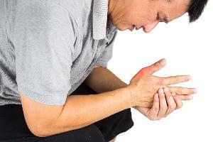 発症半年~3年で指・足が変形…関節リウマチは早期発見でコントロールを