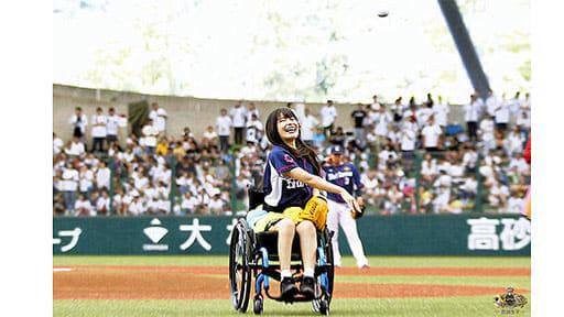 [アイドル 猪狩ともかさん]脊髄損傷(2)リハビリ耐え 車いすで始球式