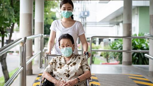 車いす使用者、視覚障害のある人…新型コロナ感染を防ぐ「介助の新しい様式」は?
