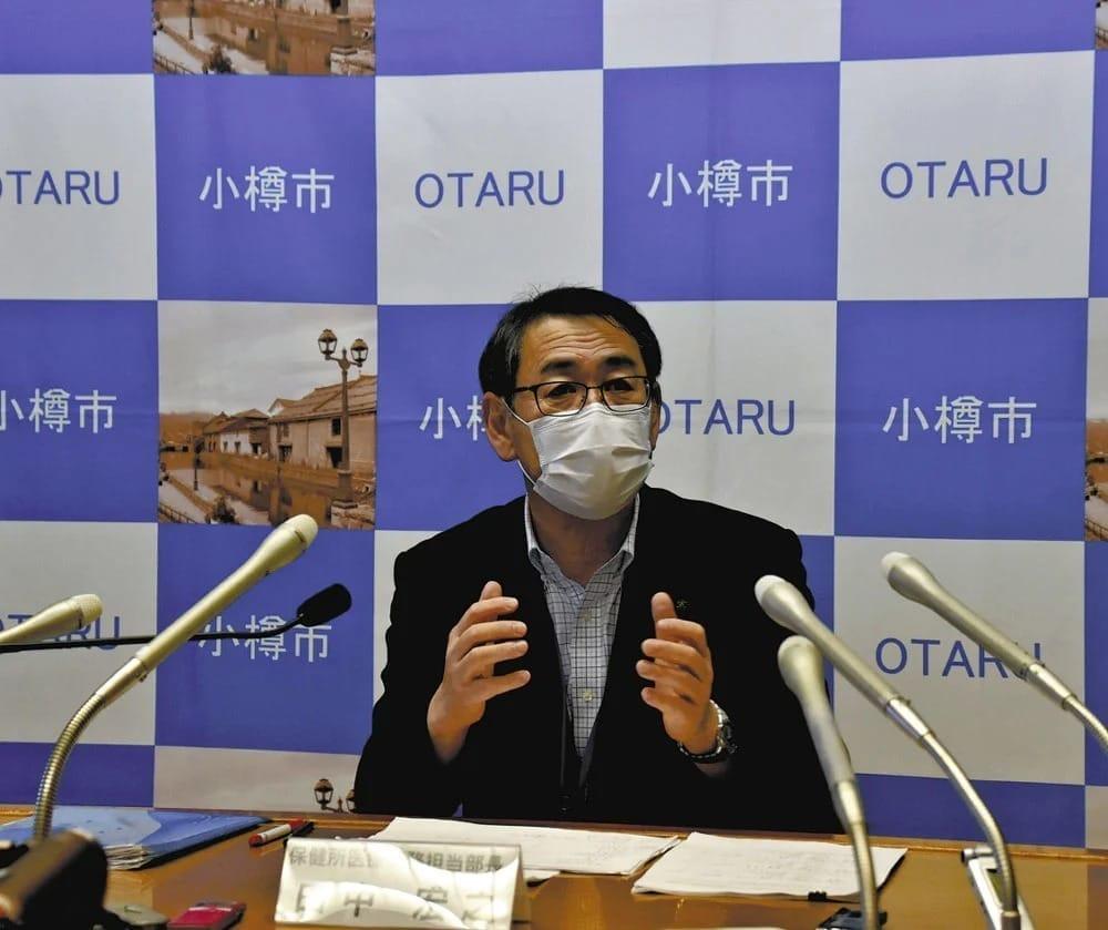 記者会見する小樽市保健所の田中部長(29日、小樽市役所で)