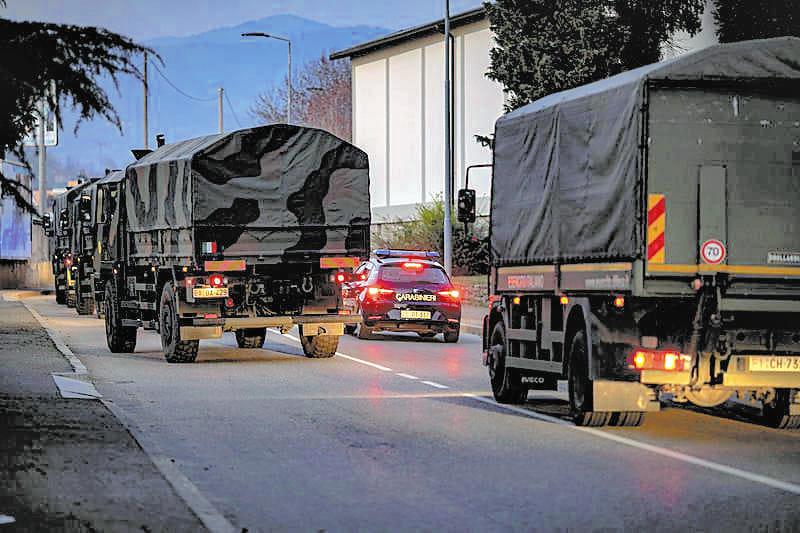 イタリア北部ベルガモで、死者のひつぎを運ぶために配置された軍用車(3月18日、Sergio Agazzi氏提供、ロイター)