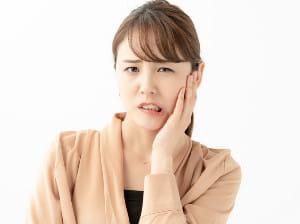 一日中PC作業の女性 顔の片側に痛み…「顎関節症」無意識、就寝中の「噛みしめ」が