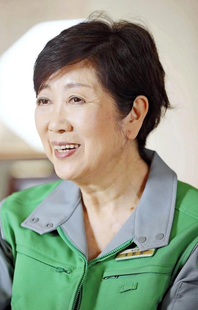 民放キャスターを経て、1992年参院選で日本新党から初当選。93年に衆院にくら替えし環境相、防衛相、自民党総務会長を歴任。2016年の都知事選で初当選し、今年7月に再選した。兵庫県出身。68歳。