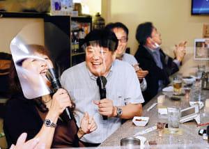 カラオケ大声で楽しみたいなら、シールド付きマイクで…大阪の会社が開発