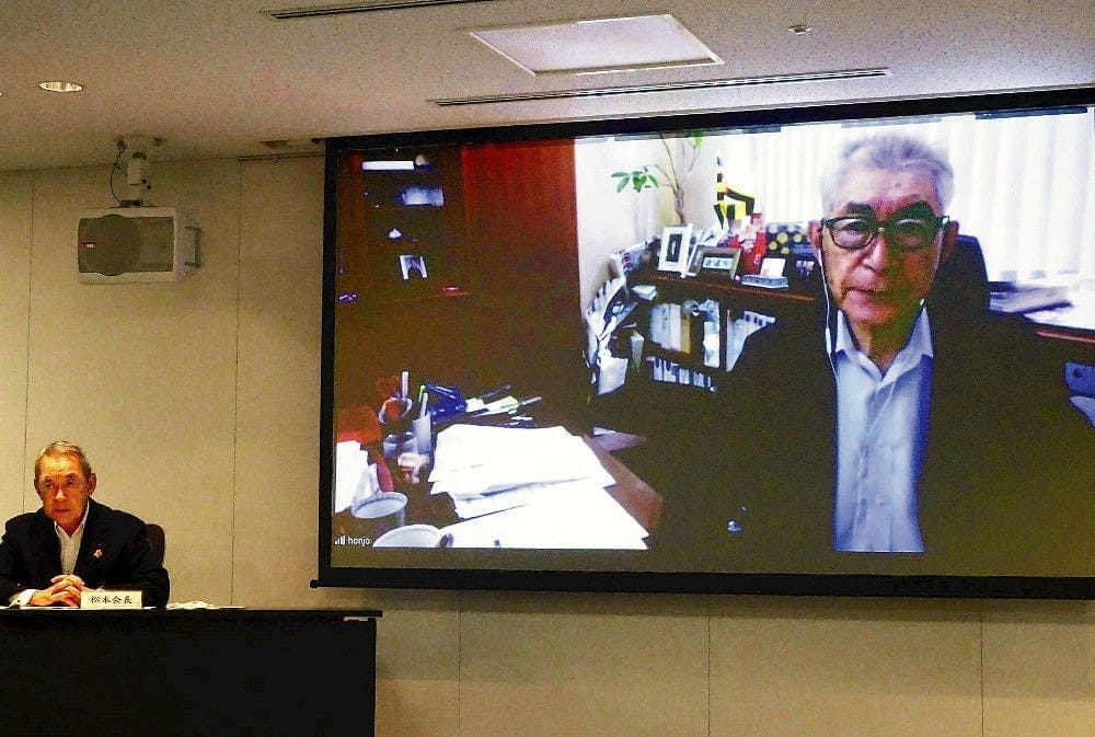 新型コロナウイルスの研究プロジェクトについて、オンラインで説明する本庶氏。左は関経連の松本会長(大阪市北区で)