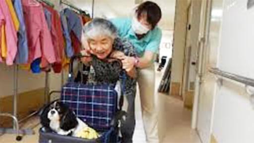 神経難病と闘う(2)愛犬を乗せた車椅子を押して廊下往復 ホーム入居後、症状が劇的改善