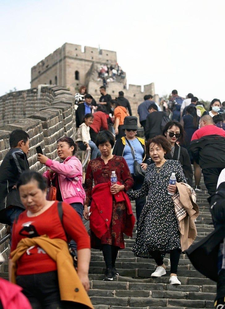 1日、国慶節の連休を迎え混雑する北京郊外の万里の長城・八達嶺。マスクを着用していない人が目立った=片岡航希撮影