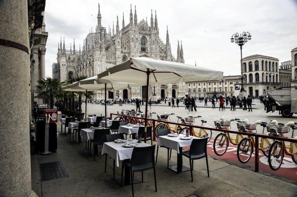 21日、イタリア北部ロンバルディア州ミラノで、新型コロナウイルスの感染拡大で空席が目立つ飲食店(AP)
