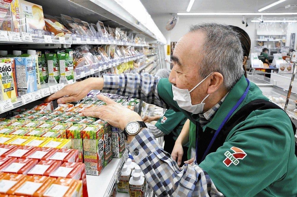 紙パック飲料を手前に並べ直していく男性。初めての参加だったが、率先して働いていた(2日、千葉県船橋市で)