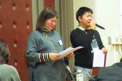 なるこ会で活動する駒沢さん(左)