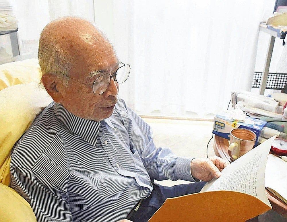 施行された区の条例を読む長谷部さん。策定にあたって自らも意見を述べた(東京都世田谷区で)