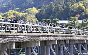 紅葉シーズンの京都・嵐山、感染再拡大でもマスク姿の人の列