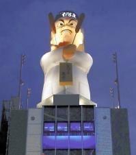 「ミナミのシンボルに」だるま大臣の巨大人形、ビル屋上に