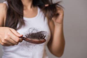 新型コロナ感染の30代女性、最もつらい後遺症は…脱毛で髪が薄く