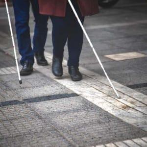 視覚障害がある人がイベント会場に…「検温」「消毒液」「ソーシャルディスタンス」周囲の声かけが必要です