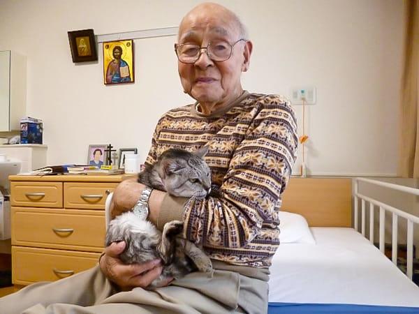 猫の「お母さん」を抱く太田さん