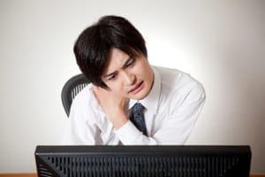 その「ひどい肩こり」は椎間板ヘルニアかも…頸椎も起き、せきやくしゃみで悪化する
