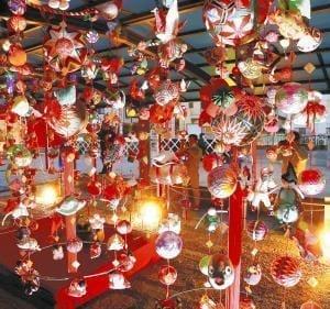 人形・まり・鶴、幻想の輝き…伝統のひな飾り「さげもん」開幕