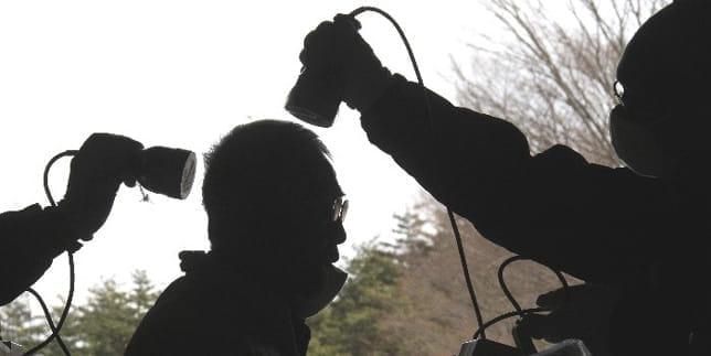 放射線測定検査を受ける被災者。2011年3月、福島市で(読売新聞)