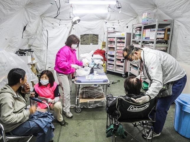 歯科衛生士とともに、熊本地震の現地で診療に従事する太田さん(右端)