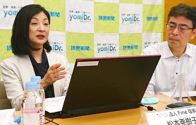 不妊治療の現状を語る松本さん(左)。右は藤田ヨミドクター副編集長