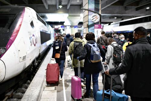 3日、パリ中心部の鉄道駅で、ホームを移動する乗客(AFP時事)。フランスでは、3日夜から全土での外出制限が始まった