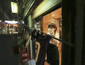 「まん延防止等重点措置」の適用初日、営業時間を短縮して店を閉めるすし店(5日午後7時47分、仙台市青葉区で)=武藤要撮影