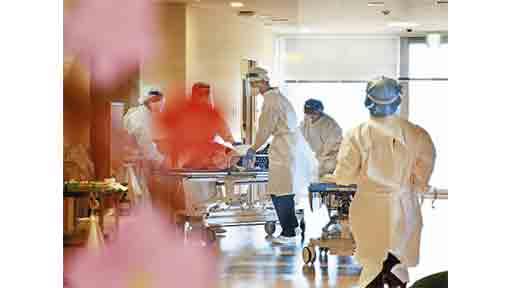 搬送されてきたコロナ患者の処置をする看護師ら(3月上旬、東京都世田谷区の都立松沢病院で)=奥西義和撮影
