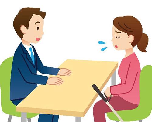 面接風景 面接官と面接を受ける視覚障害のある女性