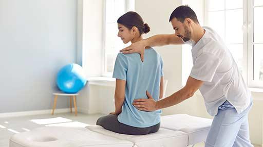 効果的な腰痛リハ、院内 vs.ウェブで軍配は? 米・1,000例超対象の前向きコホート研究