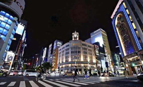 3回目となる緊急事態宣言の初日の夜を迎えた銀座(25日午後7時、東京都中央区で)=竹田津敦史撮影