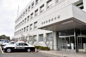 「関越道」中央分離帯に車衝突、事故対応中の警官が別の車にはねられ死亡