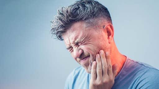 コロナ流行に伴う収入減で歯痛増加 日本人2万5,000人超対象のインターネット調査