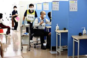 座って待つ高齢者の間を医師が巡回して接種…自治体、独自の工夫を「○○モデル」とPR