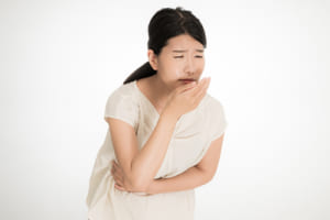 胸焼けや口の中の酸っぱさ…胃液が食道に逆流 胃袋の入り口は加齢で緩む