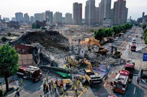 韓国で5階建てビル崩壊、停留所のバス下敷きで9人死亡