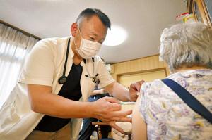 外出困難な要介護者、医師が手分けして訪問接種「空白作らない」