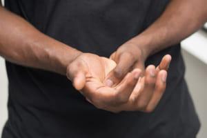 「指がしびれて動かしにくい」と言う41歳営業マン 原因はスマホに…